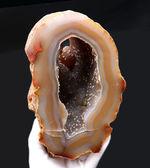 半透明の典型的な縞メノウ(Agate)の晶洞。名産地ブラジル産。半透明で美しいブラウンを呈します