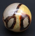 自然が生み出した不思議な鉱物、イエローセプタリアン(Yellow septarian)の珍しいスフィアタイプ