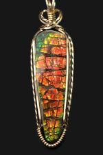 ドラゴンスキン模様を持つ、アンモライトを使ったペンダントトップ。抜群の輝きを放つ石を14金(ゴールドフィルド)の金具で包んだ高級品。金具部分14金製、2種類のチェーン、高級ジュエリーケース付