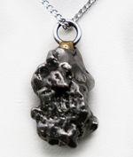 人気!鉄隕石ペンダントトップ、カンポ・デル・シエロ(Campo del Cielo)。(シルバーチェーン、高級ジュエリーケース付き。)