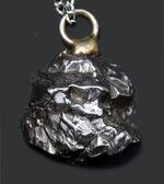 個性的な貴方に!ロマンの欠片を見つけませんか?鉄隕石、カンポ・デル・シエロ(Campo del Cielo)を使ったペンダントトップ。シルバーチェーン、高級ジュエリーケース付き