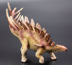 ケントロサウルス恐竜フィギュア。本物化石1個付き!