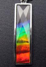 ベストクオリティ!フルスペクトルカラーを呈するアンモライトを使用したペンダントトップ(金具部分スターリングシルバー製、2種類のチェーン、高級ジュエリーケース付)。