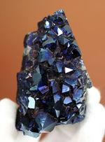 人工的にチタンがコーティングされた天然の水晶のクラスター