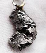 鉄隕石を使ったペンダントトップ、カンポ・デル・シエロ(Campo del Cielo)。シルバーチェーン、高級ジュエリーケース付き