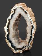 中央にぽっかりと穴の空いた面白い形をしたブラジル産メノウ(Agate)。自立展示可。