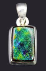 希少色のブルーを呈する、高品位なアンモライト(Ammolite)を使ったペンダントトップ。金具はスターリングシルバー。チェーン、黒紐、ジュエリーケース付き