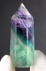 緑と紫が斜めに入った珍しいタイプ、人気の鉱物、レインボーフローライト(Fluorite)