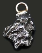 すべての隕石は世界の一つだけ、鉄隕石、カンポ・デル・シエロを使ったペンダントトップ(シルバーチェーン、高級ジュエリーケース付き)