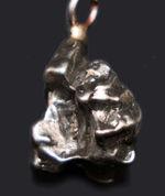 宇宙の彼方から巡り巡ってあなたの胸元に。隕石を使ったペンダント、カンポ・デル・シエロ(Campo del Cielo)。シルバーチェーン、高級ジュエリーケース付き。