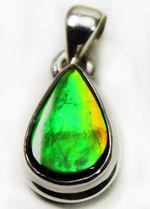鮮やか、濃いグリーン、ワンランク上の輝きをもつ、目のさめるような輝きを持つアンモライトを使ったティアドロップ型のペンダントトップ。男女兼用(2種類のチェーン、高級ジュエリーケース付)。