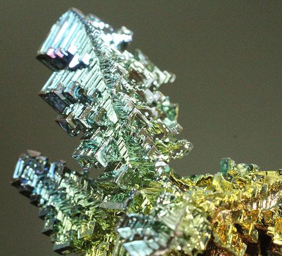 迷宮のような形に目が点になるビスマス結晶。美しい干渉色にご注目下さい。/ 【ot918】
