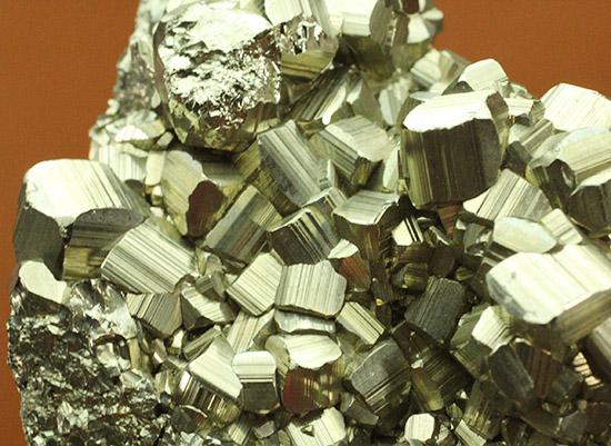 274グラムのズッシリ標本!大きな結晶体がいくつも見られる、黄鉄鉱、またの名をパイライト(pyrite)/ 【ot929】